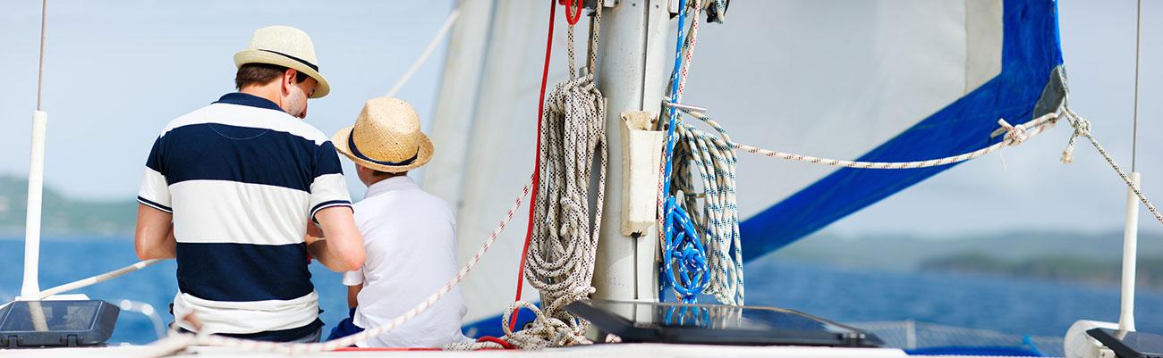 Vater und Sohn auf dem Segelboot